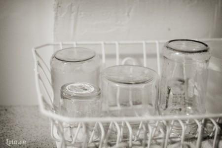 Rửa sạch các lọ thủy tinh và loại bỏ các vỏ , nhãn hiệu của chúng  Một cách nhỏ để các  bạn có thể loại bỏ được các nhãn hiệu trên vỏ chai nhanh chóng đó là ngâm chúng trong nước nóng vài phút và rửa lại nhé.