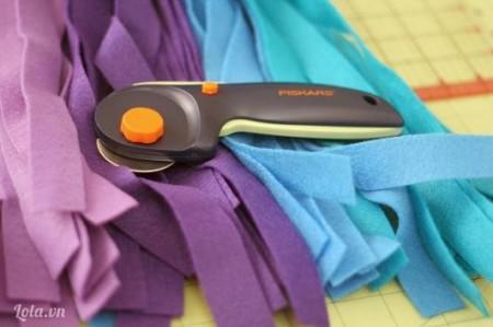 Cắt vải nỉ theo từng mảnh vải nhỏ và dài theo kích thước của bạn chọn
