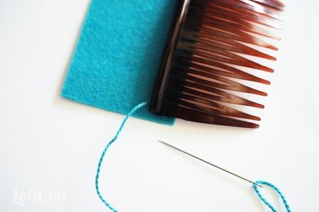 Cắt vải nỉ bằng với kích thước chiếc lược của bạn. Sau luồng sợi chỉ ở phía sau chiếc lược như hình