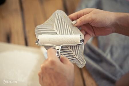 Quet màu hoặc sơn lên con dấu, bạn nên thử in lên mảnh vải hoặc 1 tờ giấy khác trước khi in lên áo để đảm bảo độ thẩm mỹ