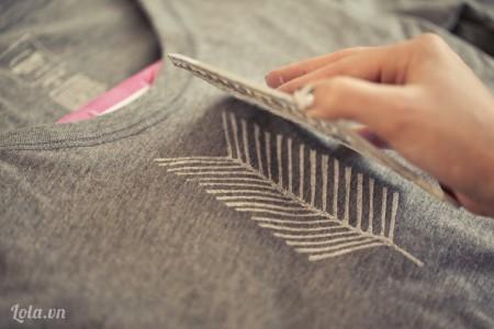 Bạn bắt đầu in lên áo và giữ con dấu trên áo một lúc để màu đậm và đẹp hơn