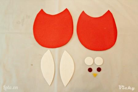 Cắt vải nỉ màu thành các mảnh như hình bên.