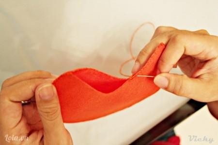 May viền xung quanh mép vải. Chú ý chừa lại 1 phần nhỏ để chúng ta nhồi bông vào nha.