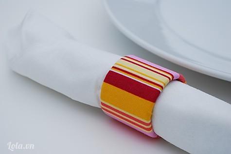 Hướng dẫn làm vòng tay với cuộn giấy và vải thừa