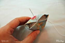 Dùng kim khâu phần giữa của 2 mép vải lại như hình bên. Chú ý là chỉ may 1 xíu ở phần giữa, không may hết nha các bạn.