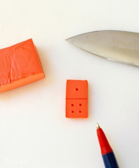 Dùng dao kẽ đường trung tâm và đầu bút máy để tạo các lỗ tròn