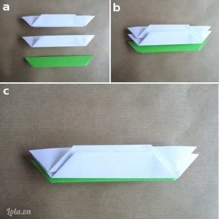 Sau khi gấp lá và hoa xong bạn xếp chúng thành bốn bộ 2 miếng cánh hoa với 1 mảnh giấy như trong hình