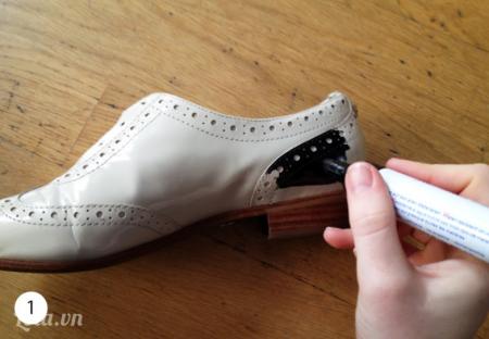 Tháo dây giày ra và  dùng bút lông tô đen các phần xung quanh của giầy, có thể trừ lại một số chỗ mà bạn thích