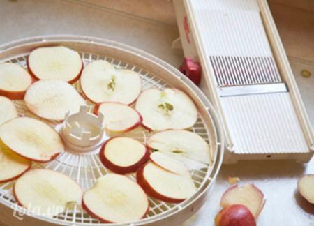 Bạn cắt táo ra thành nhiều lát