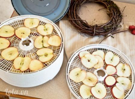 Bạn sấy khô các lát táo vừa cắt