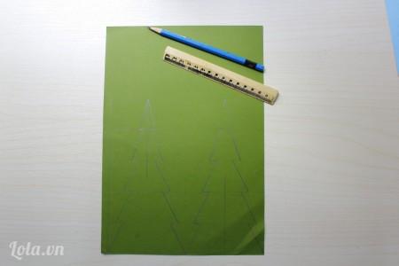 vẽ 2  hình cây thông lên giấy cứng