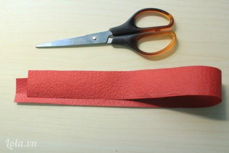 Cắt một mảnh giấy màu đỏ kích thước 3x30cm