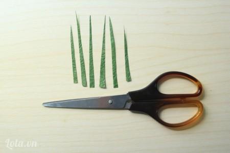 cắt những hình tam giác dài màu xanh làm lá