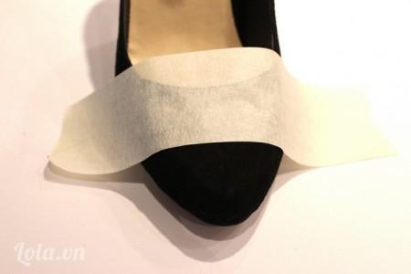 Dán băng dính bóng lên phần đầu của giày