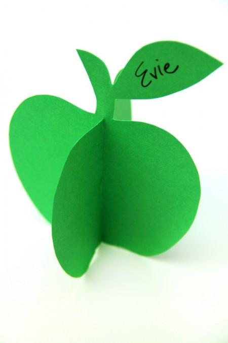 Cẩn thận dùng dao rọc giấy rọc lìa một góc của mỗi miếng táo sau đó viết lên trên cuốn táo tên, lời nhắn lên trên lá rồi nối hai miếng táo lại với nhau và cuối cùng bạn chỉ cần đặt lên bất kỳ chỗ nào trang trí trong nhà nhé.