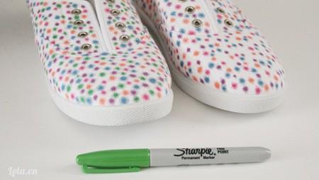 Kế tiếp bạn chấm những vòng tròn bắng màu thứ 4 và cuối cùng bạn cũng có một đôi giày lắp lánh màu sắc rồi nhé