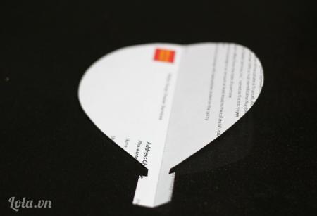 Cắt giấy thành các mẫu mô hình hình khi khí cầu như trong hình và gấp đôi chúng lại.