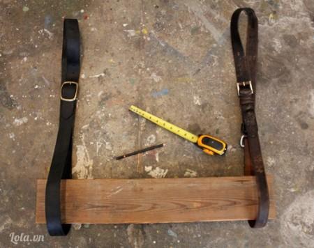 Đeo dây lưng lại với nhau để tạo ra hai vòng tròn rõ rệt có bán kính là 60cm , bạn có thể tạo thêm nhiều lỗ nhỏ ở trong các vành đai của dây lưng để thuận tiện cho việc khoan và thay đôi kích thước của dây nhé