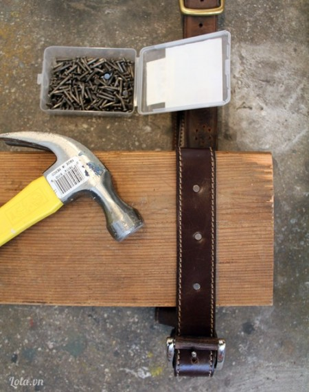 Sau khi đo dây lưng khớp với hai đầu của miếng gỗ, bạn đóng đinh để giữ vị trí chắc chắn cho dây đeo , đóng ở phần dưới của tấm ván nhé