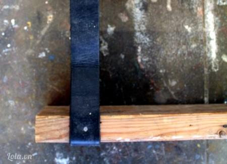 Sau khi đóng chắc chắn phần dưới của tấm ván, đến lượt bạn đóng định giữ chặt ở phần cạnh của tấm ván