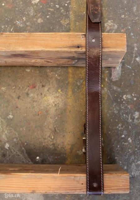 Dùng định đóng chặt ở phần cạnh của tấm ván như trong hình . Lặp lại ở cạnh bên kia