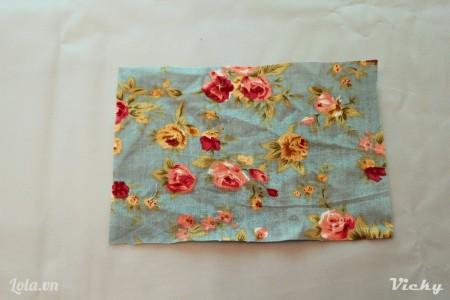 Cắt vải hoa thành hình chữ nhật kích thước tùy ý.