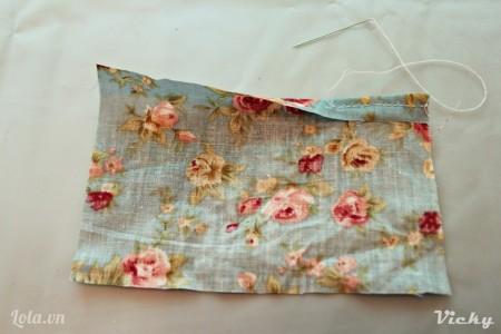 Gấp mép vải phía trên lại rồi dùng kim may như hình bên.