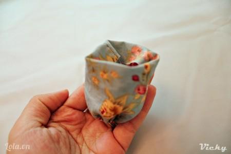 Gấp phần mép trên của vải vào bên trong như hình bên.