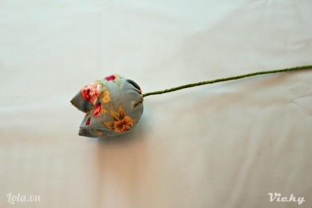 Cuối cùng ta gắn cành vào bông hoa Tulip là xong rùi nì  Các bạn có thể dán thêm 1 xíu keo cho chặt nha.