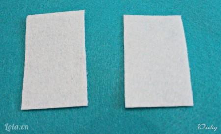 Tương tự ta cắt 2 mảnh vải màu trắng để làm chiếc gối.