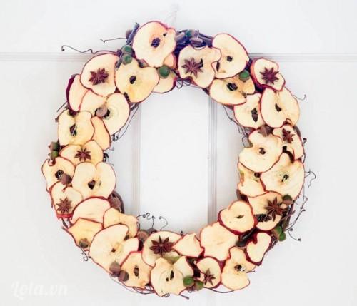 Làm vòng hoa từ quả táo