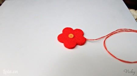 Tương tự đặt 2 mảnh hình bông hoa lên nhau sau đó may lại. Các bạn chú ý chừa 1 đoạn nhỏ để nhồi bông vào.