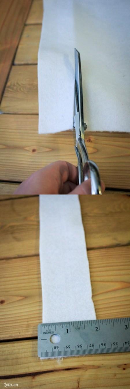 Cắt vải trắng có chiều ngang 2cm
