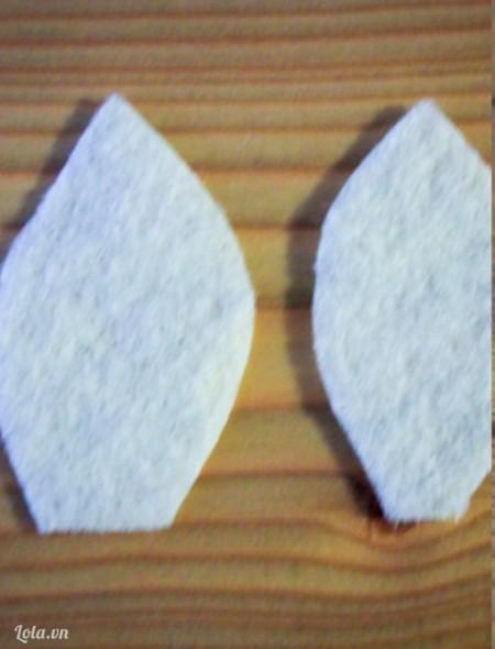 Cắt vải kem thành 2 hình chiếc lá