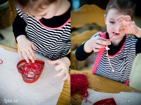 Quấn dây cói vừa nhúng vào khuôn hình trái tim như hình bên.