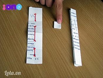 Đánh dấu 3 đường thẳng màu đỏ vào giữa gáy để lát nữa khâu cho chuẩn này. Chuẩn bị một mảnh giấy có chiều dài bằng độ dài của gáy sổ (phần mép gập) và chiều ngang bất kỳ, mảnh giấy này sẽ làm nhiệm vụ như một cái thước đo.