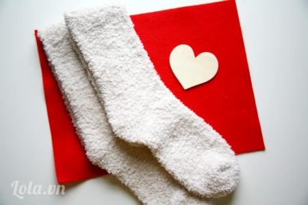 Chuẩn bị một đôi tất trắng, cộng hai hình trái tim bạn cắt ra được từ vải nỉ
