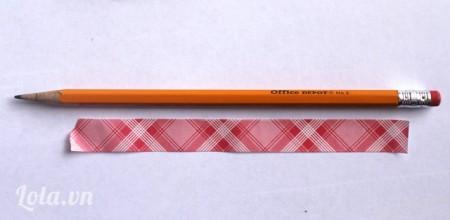 Cắt một đoạn băng dính màu bằng chiều dài của chiếc bút chì