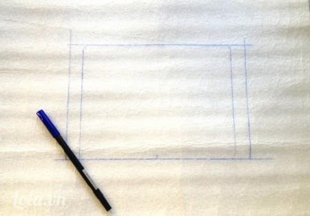 Đặt chiếc Ipad của bạn vào giữa miếng vải hoặc xốp cách nhiệt rồi vẽ lại mép của chúng