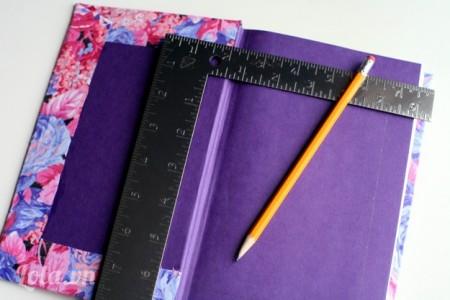 Dùng thước góc vuông đo kích thước phía bên trong sách