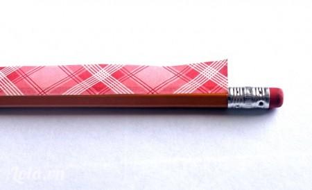 Dán mép giấy dính lên với than bút chì như hình