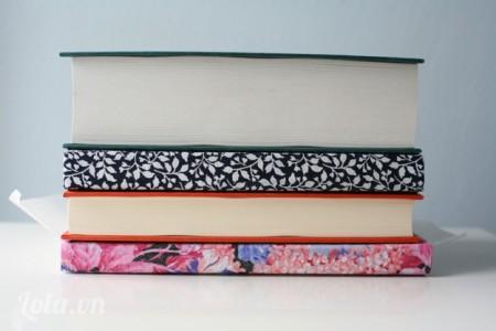 Dùng thật nhiều sách và vật nặng đè lên cuốn sách để sách được gắn kết hơn.