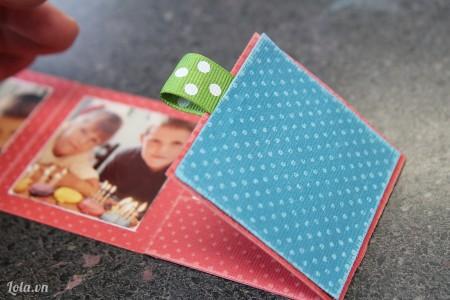 Cắt một tờ giấy màu tương tự để làm bìa album