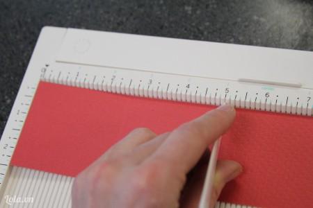 Đo giấy màu có kích cỡ dài gấp đôi hộp