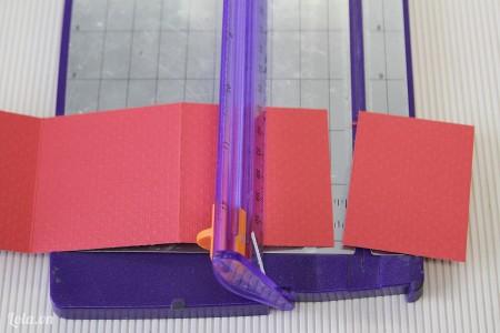 Cắt rìa một miếng theo đường đã gấp ( bạn sẽ sử dụng giấy này sau nhé)