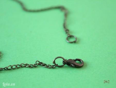 Dùng khoen tròn gắn khóa càng cua vào đầu còn lại của dây xích