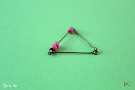 Tiếp tục móc 1 cây đinh nữa tạo thành hình tam giác