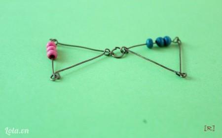 Dùng khoen tròn gắn 2 tam giác lại với nhau