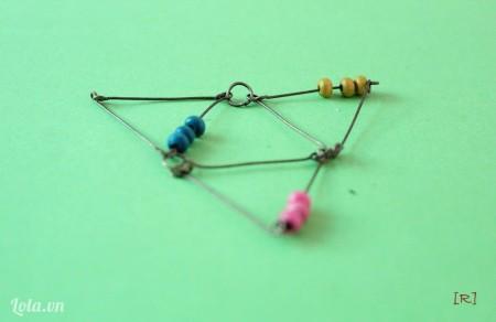 Dùng khoen tròn gắn 2 đầu còn lại của 2 tam giác. Mình có hình tam giác to hơn