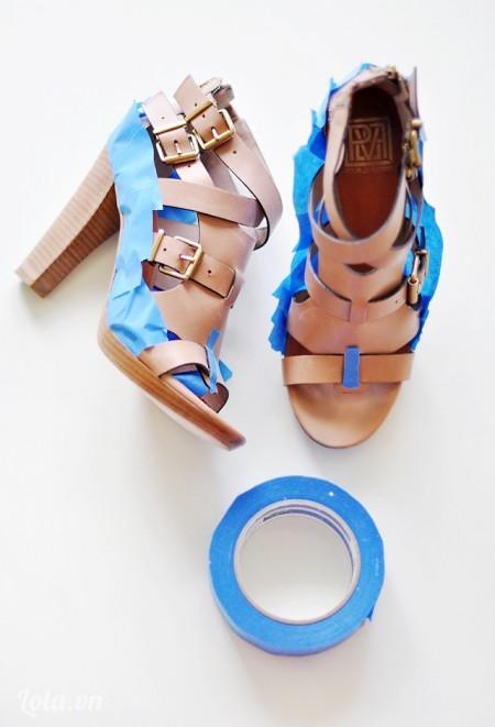 Dán băng keo hai bên giày, mũi giày để che những vị trí không cần sơn